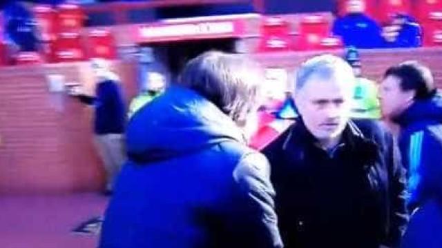 Mourinho e Conte: Depois do 'desaguisado', o (frio) cumprimento