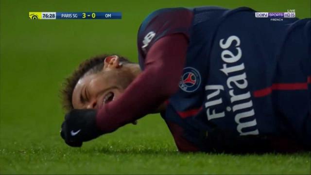 Neymar lesiona-se e sai de maca em lágrimas