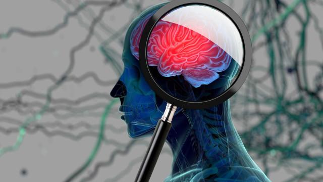 Passou 20 horas a olhar para o telemóvel e ficou com coágulos no cérebro