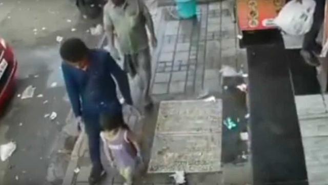 Eis o momento em que homem rapta criança sem sequer parar de andar