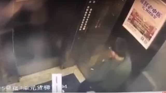 Rapaz fica preso em elevador depois de urinar para os botões