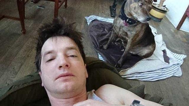 Dormiu no chão de pub para cuidar de cão esquecido por dona alcoolizada