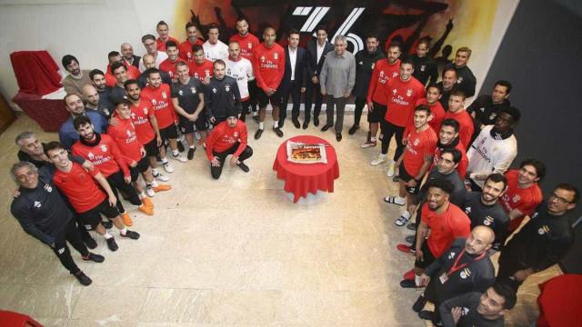 'Parabéns' ao Benfica teve direito a bolo e Vieira até soprou as velas
