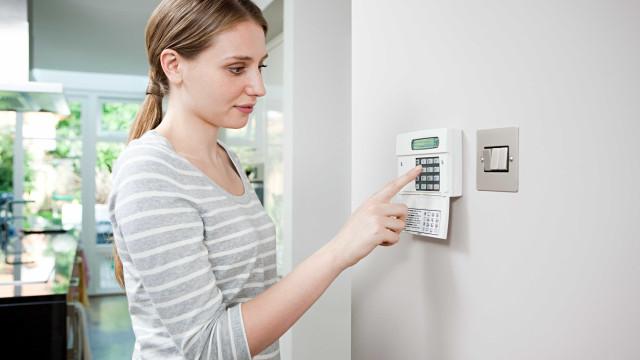 Quando não está, tem a certeza de que a sua casa fica segura?