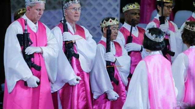 Nesta igreja na Pensilvânia, a missa foi celebrada com armas