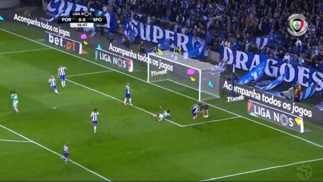 Doumbia cai na área do FC Porto e deixa a dúvida no ar