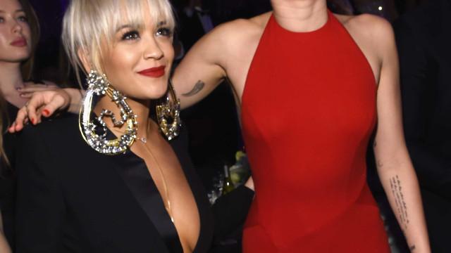 Miley Cyrus elogia seios de Rita Ora e dá que falar nas redes sociais
