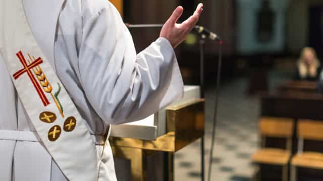 Missa de sétimo dia e bodas de prata na mesma celebração enfurecem fiéis