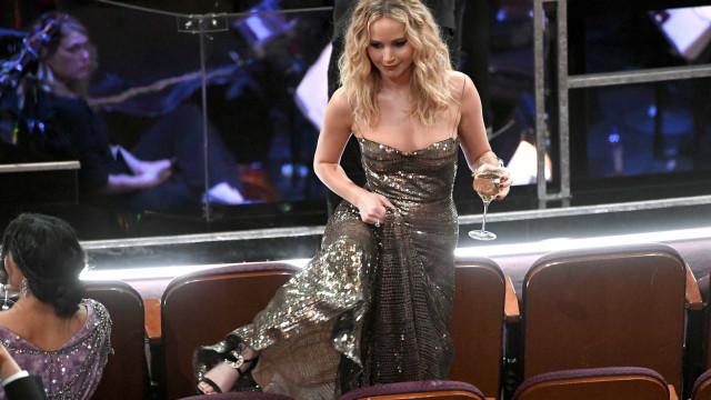 Jennifer Lawrence não esconde emoção ao ver Streep e 'salta' os bancos