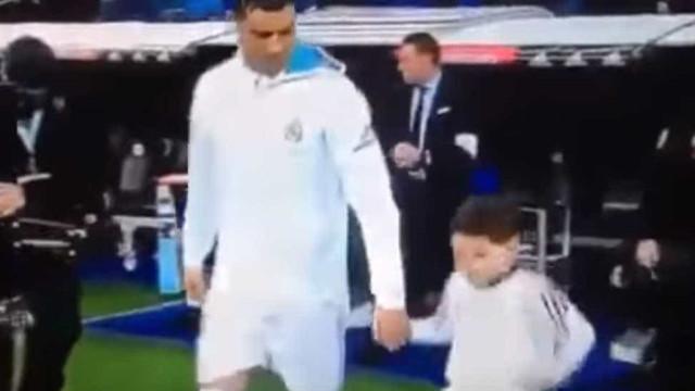 Ronaldo e um enternecedor momento com um pequeno fã