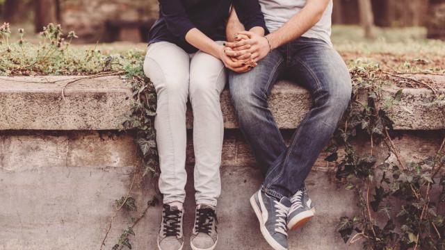 Dar as mãos ajuda a diminuir a dor do seu parceiro