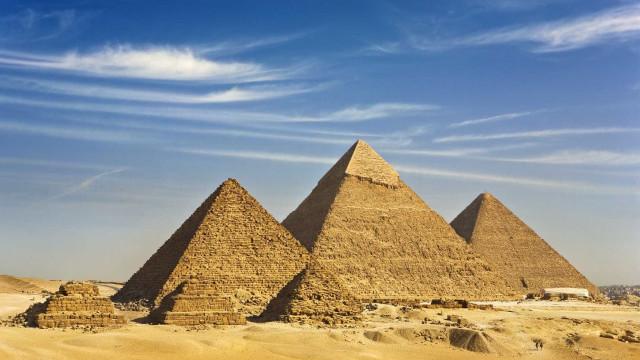 Egito faz detenções por cumplicidade após vídeo de casal nu em pirâmide