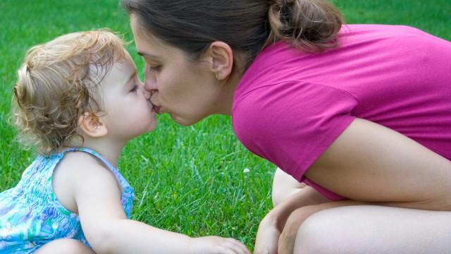 Saúde dos mais novos. Beijos nos lábios prejudicam o seu bebé