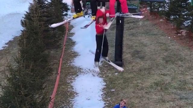 Menina cai de teleférico de estância de ski mas sai ilesa