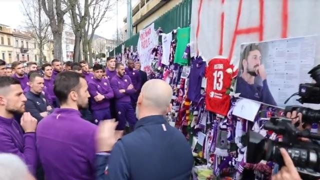 A sentida homenagem do plantel da Fiorentina a Astori