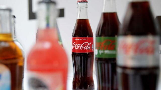 Funcionário de empresa que fornece Coca-Cola visto a urinar em garrafa
