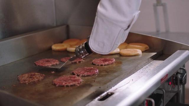Flippy, o primeiro robot que cozinha hambúrgueres, já tem trabalho