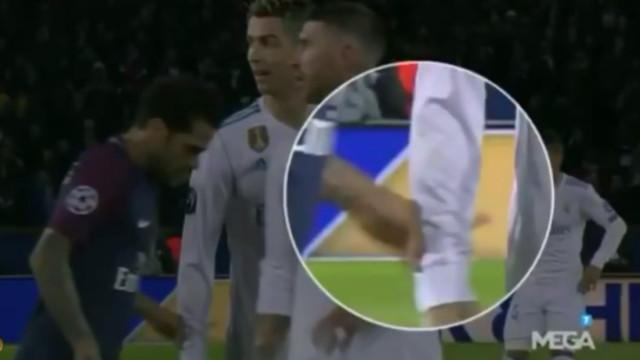 Dani Alves usou a camisola de Ronaldo para limpar o nariz