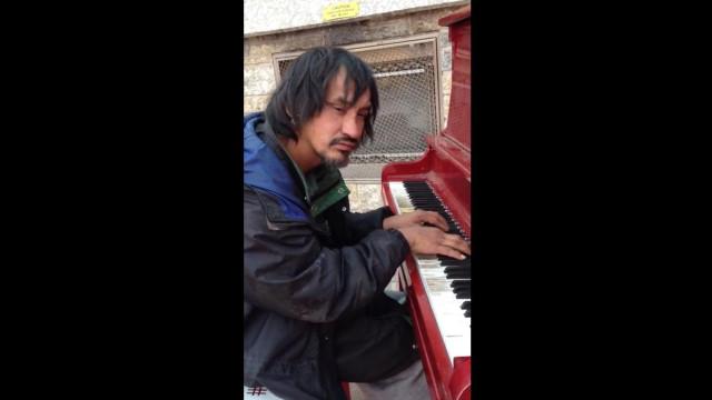 Morreu sem-abrigo que tocava piano nas ruas. Cidade canadiana de luto