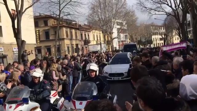 Arrepiante: Milhares de pessoas nas ruas para a despedida a Astori