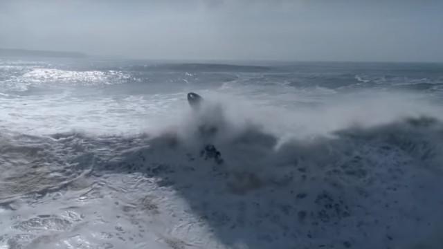 As imagens fantásticas de dois surfistas a desafiarem as ondas da Nazaré