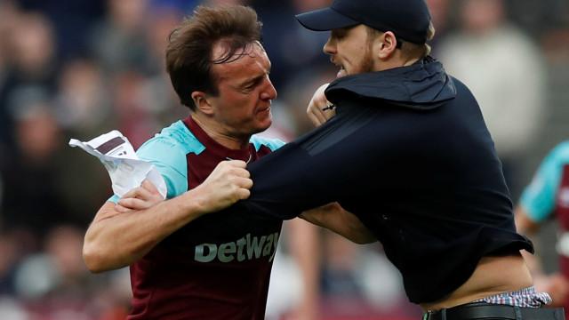 West Ham: Estalou o verniz. Adeptos invadem campo e confrontam jogadores