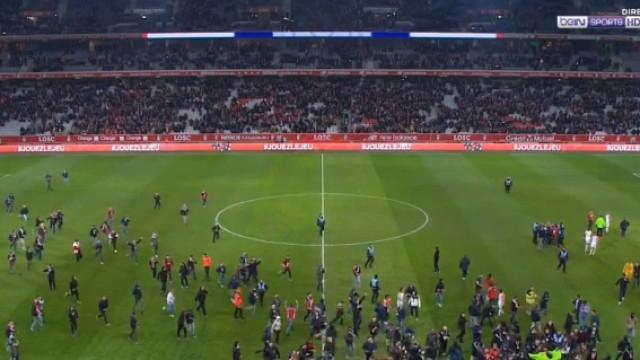Adeptos invadem o Lille-Montpellier e instalam a confusão em campo