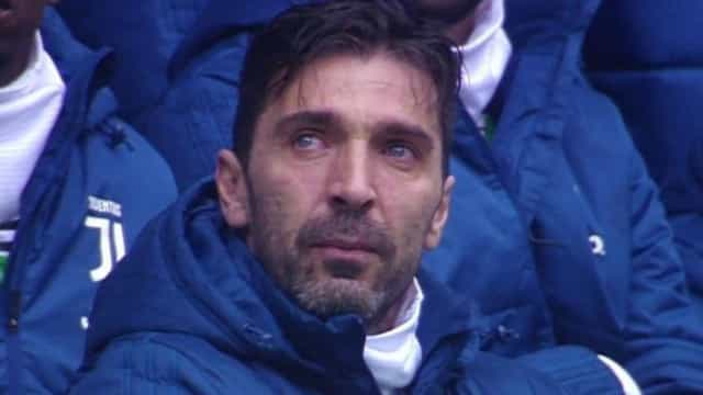 Buffon não contém as lágrimas na homenagem a Astori antes da Juve-Udinese