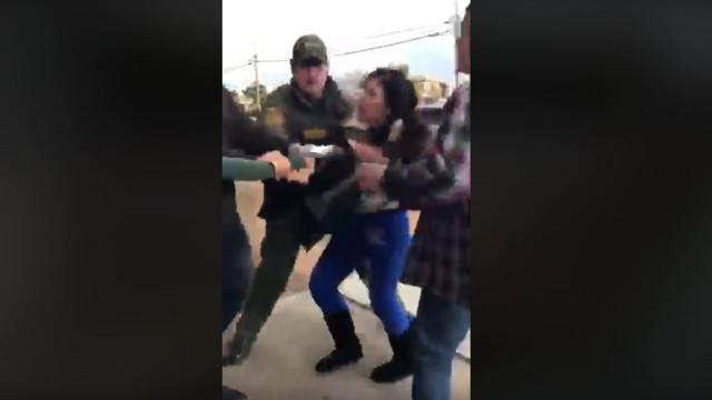 """Mãe detida """"brutalmente"""" em frente às filhas. Imagens correm o mundo"""