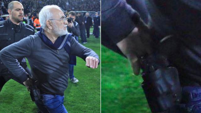 Presidente do PAOK invadiu o relvado... com uma pistola