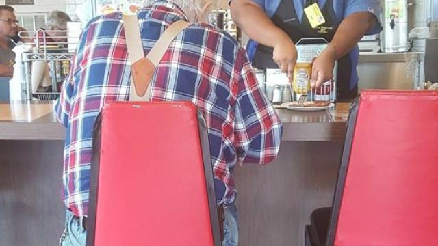 Jovem empregada ajudou idoso a cortar a comida. Agora tem a escola paga