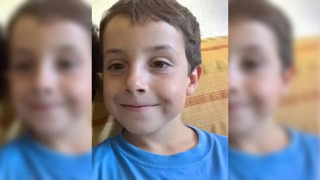Pais do pequeno Gabriel Cruz assinalam perda com montagem de fotos