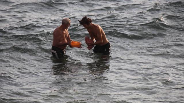 Momento em que mulher mergulha no Mar Vermelho para dar à luz