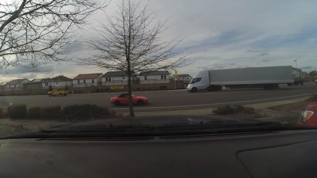 Novo vídeo mostra o poder de aceleração do camião da Tesla