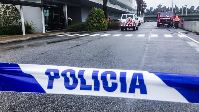 Ruiu parte do telhado da Porto Editora na Maia. Há vários feridos