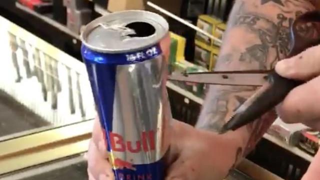 Homem encontra rato dentro de lata da Red Bull