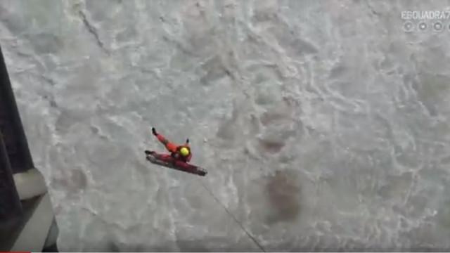 As imagens do resgate na Praia da Ursa, em Sintra