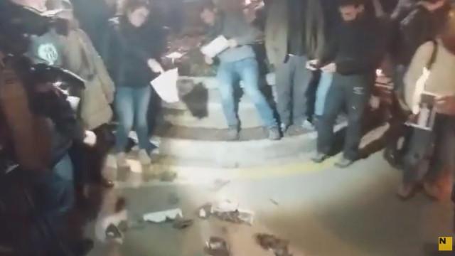 Manifestantes independentistas queimam fotografias do rei de Espanha