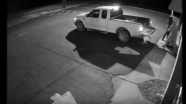 Dois homens apanhados pelas câmaras em assalto a máquina da Pepsi