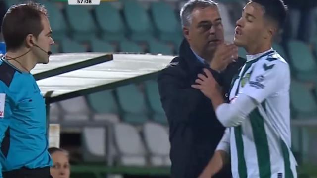 João Teixeira revolta-se e 'explode' no momento da substituição