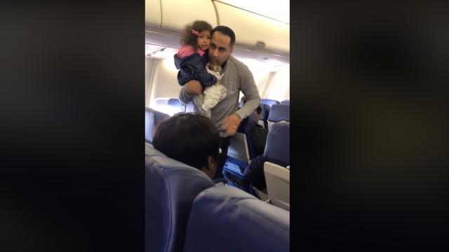 Expulsos de avião porque criança não se quis sentar no seu lugar