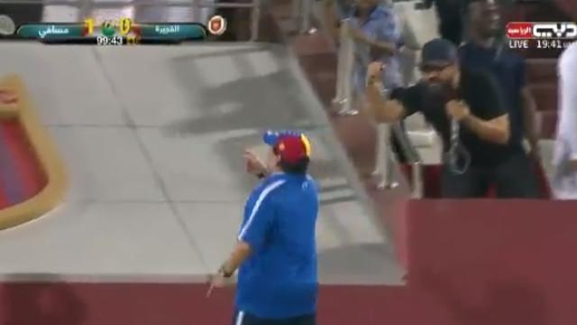 Equipa de Maradona marca no último minuto e técnico perde a cabeça