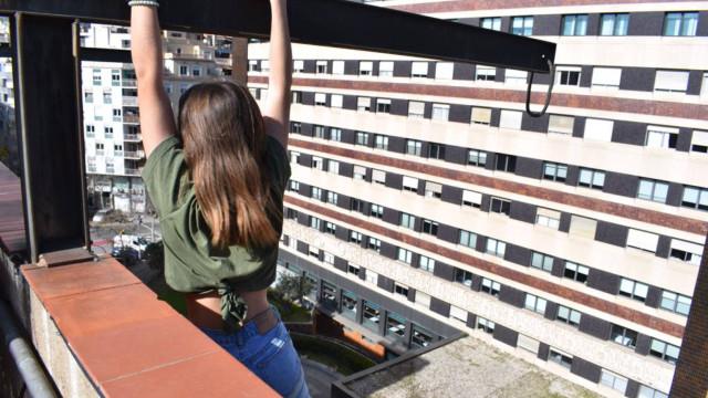 Queria foto pendurada num telhado. Acabou por ter que chamar a polícia