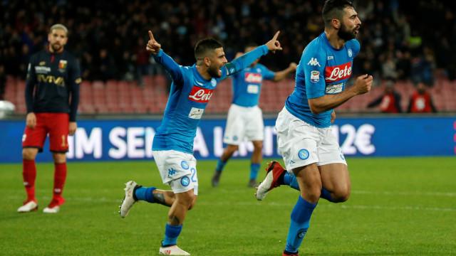 Nápoles vence Génova e reduz para dois pontos atraso para Juventus