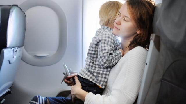 Bebés que choram no avião: Assistentes de bordo dizem como agir
