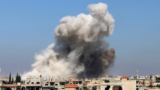 Pelo menos 69 mortos em explosão de depósito de armas na Síria