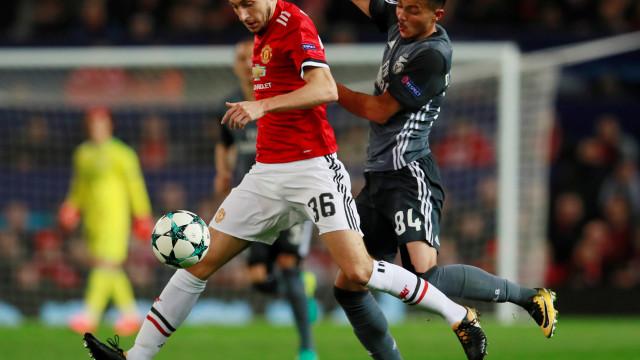 Benfica muda de estratégia e tenta Darmian por empréstimo