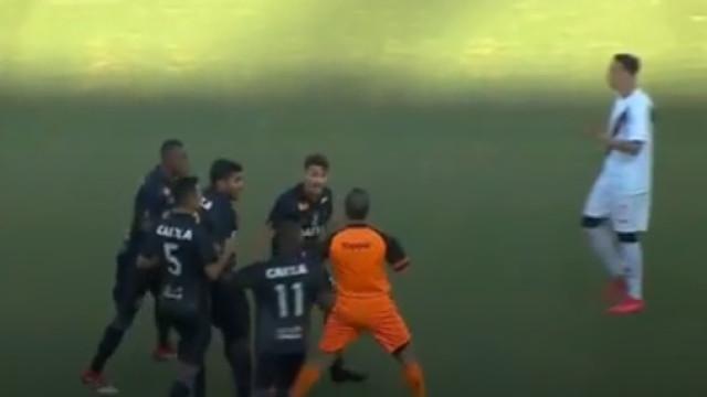 Brasil: Partiu a perna ao adversário e viu um cartão... amarelo