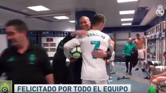 Balneário do Real Madrid rendido a Cristiano Ronaldo depois do 'póquer'