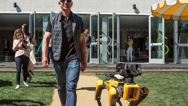 Jeff Bezos, CEO da Amazon, já se passeia com um cão robótico